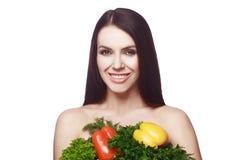 Sportliches junges Mädchen mit einem Lächeln Nähren Sie, Gewichtverlust Schließt Brust mit Gemüse und Grüns lizenzfreie stockfotos