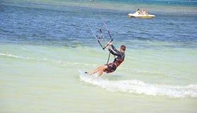 Sportliches kitesurfer, welches die Mädchen beeindruckt Lizenzfreie Stockfotos