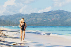 Sportliches Mädchen auf dem Strand stockbilder