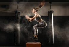 Sportliches Mädchen auf Turnhalle Stockfotos