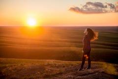 Sportliches Mädchen bei Sonnenuntergang Stockfotos