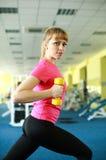 Sportliches Mädchen, das Übung mit Dummköpfen tut Lizenzfreie Stockfotografie