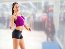 Sportliches Mädchen am Fitness-Club Stockfotos