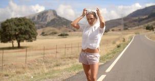 Sportliches Mädchen im mit Kapuze Sweatshirt stock video