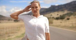 Sportliches Mädchen im weißen Sweatshirt stock video