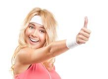 Sportliches Mädchen mit den Daumen oben auf weißem Hintergrund. Lizenzfreie Stockfotos