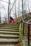 Sportliches Mädchenausdehnen im Freien im Park Lizenzfreie Stockfotografie
