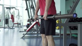 Sportliches Mann-Training mit Barbell in der Turnhalle stock video