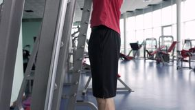 Sportliches Mann-Training mit Barbell in der Turnhalle stock footage