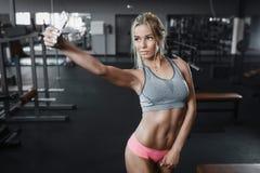 Sportliches sexy blondes Mädchen der Eignung, das selfie Foto auf Smartphone macht Stockbild
