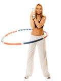 Sportliches Sitzmädchen, das Übung mit hula Band tut Lizenzfreies Stockbild