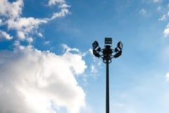 Sportlight de Siluate en fondo del cielo y de la nube Imagen de archivo