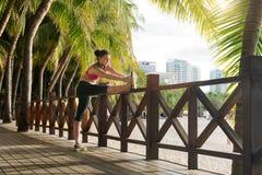 Sportmädchen, das Gymnastik tut Stockfotos