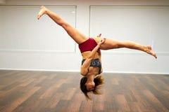 Sportmädchen, das Seitenleichten schlag tut Lizenzfreie Stockfotografie