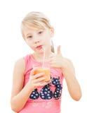 Sportmädchen trinkt einen Smoothie von einer Pampelmuse Lizenzfreie Stockfotos