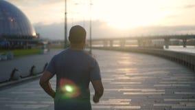 Sportman africano que esprinta en espacio público urbano almacen de metraje de vídeo