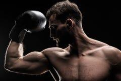 Sportman in bokshandschoen stock afbeeldingen