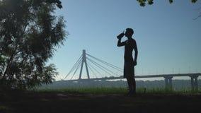 Sportman com bebida no ar livre filme