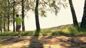 Sportman die langs de parksteeg lopen stock video