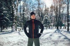 Sportman die Onderbreking van het Lopen in Extreme Sneeuwvoorwaarden nemen Stock Fotografie