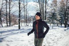 Sportman die Onderbreking van het Lopen in Extreme Sneeuwvoorwaarden nemen Royalty-vrije Stock Afbeelding