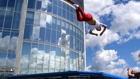 Sportman die op landloper springen stock video