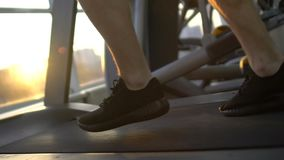 Sportman die op tredmolen, versnelling, vooruitgang, bereiken lopen van het levensdoel stock videobeelden