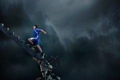 Sportman die uitdagingen overwinnen stock foto