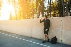 Sportman drinkwater na hard opleiding royalty-vrije stock afbeeldingen