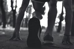 Sportman en el entrenamiento que corre en parque Fotografía de archivo