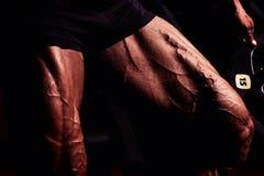 Sportman in gymnastiek Kerel die oefeningen doen Close-upportret van benen met aders Mannelijk model met gelooide huid Sexy mens stock afbeeldingen