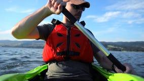 Sportman in Kajak Kayaking op het Meer Mensen in de Kajak stock video