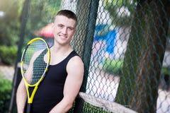 Sportman som spelar tennis royaltyfria bilder