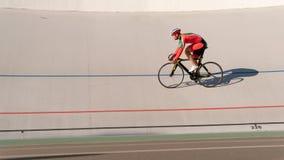 Sportman som utomhus cyklar på sportspåret royaltyfri bild