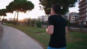Sportman tijdens looppas op een strand stock footage