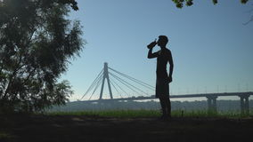 Sportman z napojem przy na wolnym powietrzu zbiory