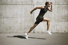 Sportmann, der das Laufen beginnt Stockbilder