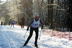 Sportmannen die op skis in werking worden gesteld Stock Foto's