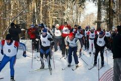 Sportmannen die op skis in werking worden gesteld Stock Fotografie