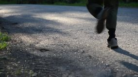 Sportmanspring p? asfaltv?gen Den lantliga staden parkerar Gr?na tr?dskog- och solstr?lar p? horisont stock video