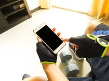 Sportmens die op smartphone betrekking hebben royalty-vrije stock foto