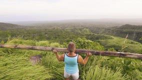 Sportmens die persoefening met zware houten barbell op groen heuvellandschap doet Atletenmens die houtbar gebruiken voor stock footage