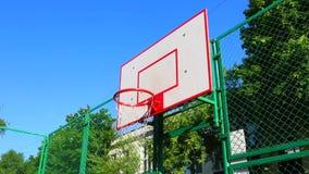 Sportmotivatie Het basketbal van de straat De speler noteert de bal in de mand op het straathof Opleidingsspel van stock footage