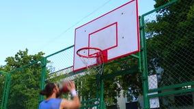 Sportmotivation Sport und Freizeit Der Spieler zählt den Ball im Korb auf dem Straßengericht Ausbildungsspiel von stock video