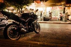 Sportmotorcykel på natten arkivbild