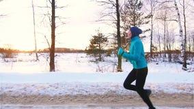 Sportmuslimflicka på ett inkört vintern, långsam mo, sol arkivfilmer