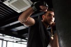 Sportowów pociągi w bokserskich rękawiczkach Obrazy Royalty Free