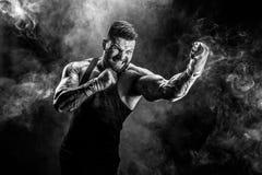 Sportowa boksera muay tajlandzki bój na czarnym tle z dymem zdjęcia stock