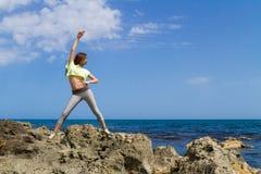 Sportowa ciemna z włosami nastoletnia dziewczyna pracująca out obok Fotografia Royalty Free