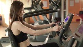 Sportowa dziewczyna jest przy gym zbiory wideo